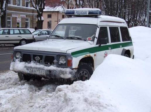 Policijos automobilis sniege