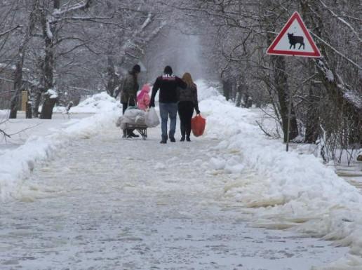 Nano potvynio zonoje gyvenantys žmonės eina užšalusiu ledu