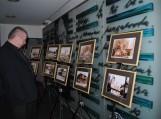 Parodas apžiūri Klaipėdos apskrities viešosios Ievos Simonaitytės bibliotekos direktorius Juozas Šikšnelis.