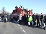 Amfibija kelia gyventojus per užlietą kelią į Rusnę