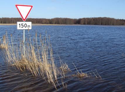 Potvynio apsemtas kelio ženklas