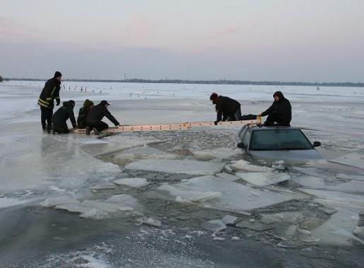 Pramoga ant ledo baigėsi automobilio paskandinimu