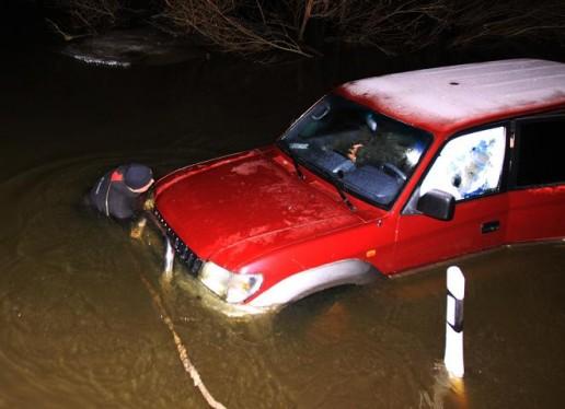 Srovės nuneštą automobilį amfibijos pagalba ištraukė Šilutės ugniagesiai. Nuotrauka Rolando Žalgevičiaus