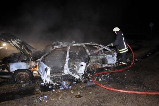 Juknaičiuose sudegė kontrabandininkų automobilis su cigaretėmis