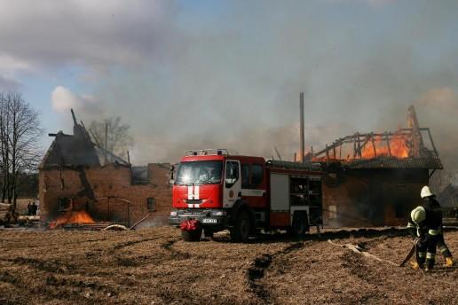 Pagėgių pakraštyje, Grigolaičių kaime ugnis siautėjo dideliame mūriniame pastate