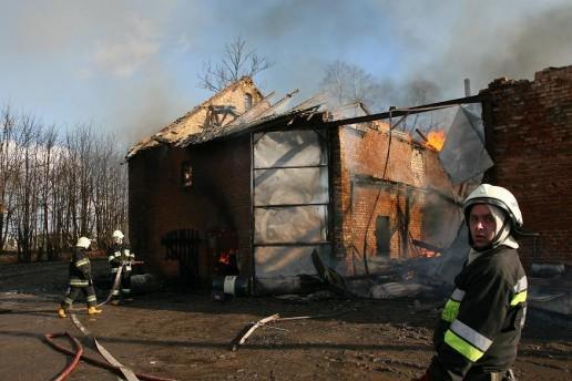Su ugnimi kovojo net penkios ugniagesių komandos