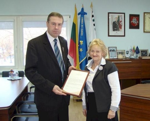 Ministro padėkos Šilutės merui ir senelių globos namų direktorei.