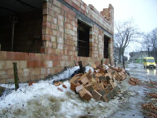 Rusnėje stipraus vėjo neatlaikė naujai statomas gyvenamas namas