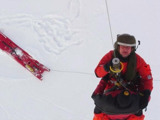 Nuo Kuršių marių ledo įstrigusius žvejus gelbėjo sraigtasparniu