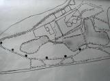Parko schemoje šešiais taškais pažymėtos atminimo akmenų išdėstymo vietos