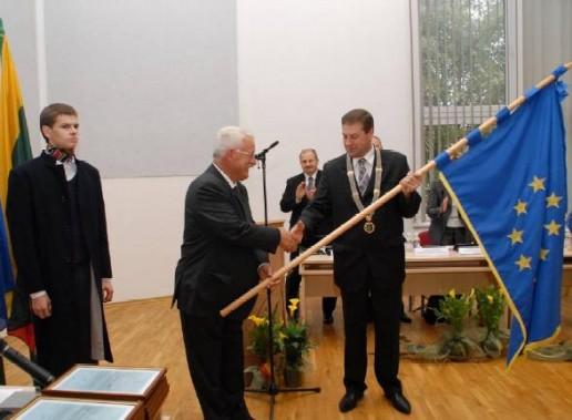 Šilutės rajono savivaldybei 2009 m. įteikta Garbės vėliava.