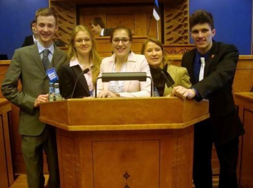 Šilutiškė gimnazistė Solveiga Bendžiūtė (stovi viduryje) tarptautinėje mokomojo Europos Parlamento sesijoje Taline