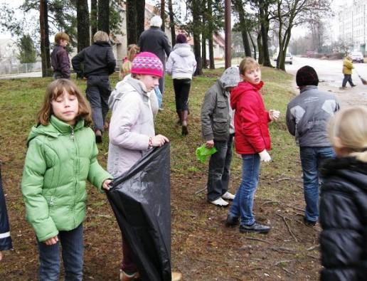 Mokiniai tvarkė aplinką