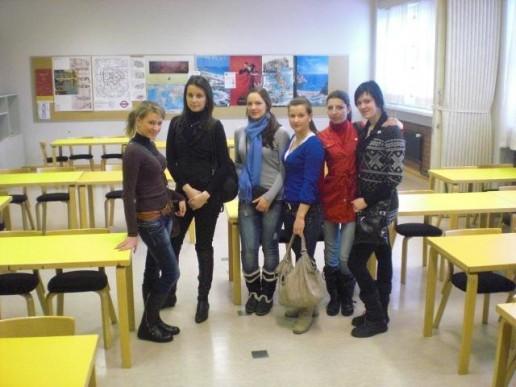 """Klaipėdos paslaugų ir verslo mokyklos parengto tarptautinio Leonardo da Vinči mobilumo projekto """"Pažink Europos stilių – kirpėjų ir kosmetikų naujų kompetencijų ugdymas"""" dalyvių grupė."""