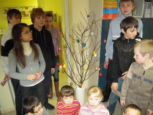 Bibliotekoje surengta edukacinė pamokėlė, skirta Velykų šventei.