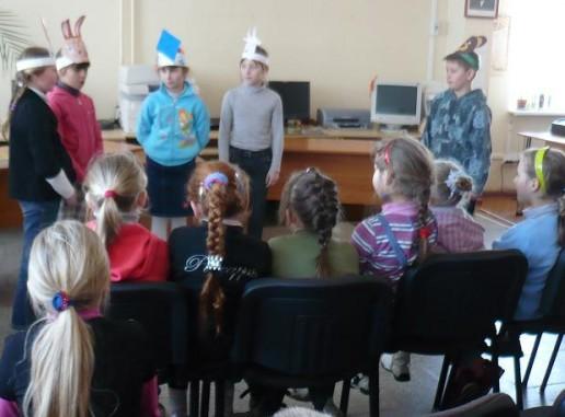 """3 klasės mokiniai seka pasaką """"Aitvaras teisėjas""""."""