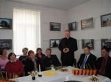Poetą sveikina Pagėgių Šv. Kryžiaus parapijos klebonas Vytautas Gedvainis.