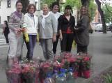 """Šilutės moterų verslininkių organizacija: gėlių salono """"Kvietkelis"""" savininkė Sonata Valienė, grožio salono """"Laura"""" savininkė Rimutė Deikuvienė, gėlių salono """"Raganė"""" šeimininkė Neringa Steponkienė,  UAB """"Dovega"""" direktorė Virginija Budrikienė, parduotuvės savininkė Laura Rudienė ir parduotvės """"Eglė"""" savininkė Inga Lamsodienė puoselėtą viltį įgyvendino – pasodino 17 hortenzijų prie Šilutės muziejaus pastato."""
