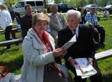Iš kairės: Pagėgių savivaldybės viešosios bibliotekos direktorė Elena Stankevičienė ir rašytojas Benjaminas Kondrotas (Vilnius).