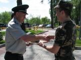 Rinktinės vadas pulkininkas Rimantas Timinskis teikia apdovanojimus.