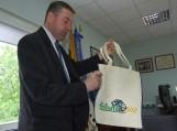 """Šilutės meras V. Pozingis pristatė pagamintą maišelį, ant kurio puikuojasi Šilutės simbolis žuvis ir užrašas """"Šilutė 500"""""""