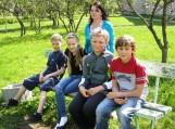 Nuotraukoje (iš kairės) - Karolis Pundinas, Edvina Kaminskaitė, Vilius Orlauskas, Aivaras Bagdonas, už jų stovi mokytoja Aldona Potrienė. Nuotraukos Klemenso Stulgos