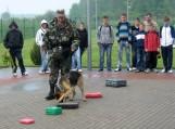 Pasieniečiai moksleivius džiugino tarnybinių šunų pasirodymu. Nuotraukos VSAT Pagėgių rinktinės