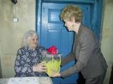 Saugų seniūnė Anastazija Oželytė sveuikina Adelę Bliūdienę. Nuotraukos Violetos Astrauskienės