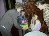 Saugų seniūnė Anastazija Oželytė sveikina Adelę Mažonienę