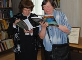 Popietės dalyviai apžiūri naują leidinį.