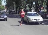 """Renginio """"Bėgam aplink Šilutę 2011"""" dalyviai malėsi tarp automobilių"""