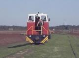 Durpyne dirbantys vyrai važiuoja traukiniu