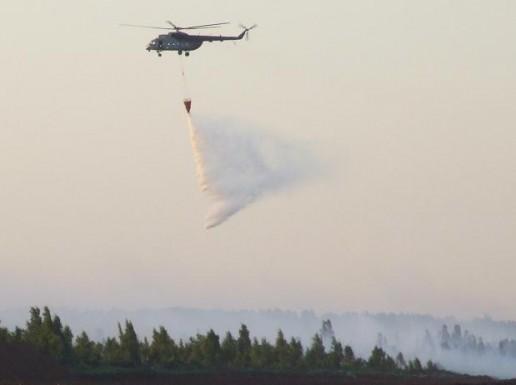 Su gaisru durpyne jau kovoja kariškių sraigtasparnis Nuotrauka Gintaro Radzevičiaus