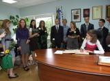 Abiturientai pasirašė savivaldybės Garbės knygoje