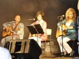 Dainuojamosios poezijos atlikėjos Žydrė Adomaitienė, Liuda Kašėtienė ir bardas Adas Nausėda. Nuotraukos Redos Cirtautienės