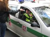 Antrokė Karolina, nepabijojusi Šilutės policininkų rūsčių veidų, įteikė lankstinuką ir jiems.  Nuotraukos Deno Karnausko, Šilutės pirmoji gimnazija