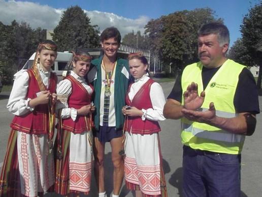 Ultramaratonininkas, vilkytiškis R.Seitkalijevas kintiškių apsuptyje.