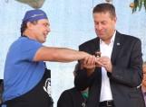 Nugalėtojui R.Plikšniui čempiono žiedą užmovė pats Šilutės rajono meras V.Pozingis.