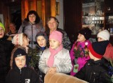"""Kalėdinės gerumo akcijos """"Padovanok Kalėdų laukimo džiaugsmą!"""" metu vaikučiai lanko senjorus, kuriems  linki sveikatos, ramių ir gerų artėjančių švenčių. Jiems dovanoja savo rankų darbo kalėdines dovanėlės, gieda giesmeles."""