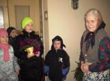 """Kalėdinės gerumo akcijos """"Padovanok Kalėdų laukimo džiaugsmą!"""" metu vaikučiai lanko senjorus, kuriems  linki sveikatos, ramių ir gerų artėjančių švenčių. Jiems dovanoja savo rankų darbo kalėdines dovanėlės, gieda giesmeles. Nuotraukos Pagegiai.lt"""