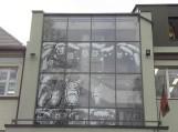 Artėjant gražiausiai žiemos šventei Šilutės pirmosios gimnazijos mokiniai papuošia savo gimnazijos langus