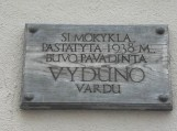 """Ant Vydūno gimnazijos pastato, dar tebėra tik medinė lentelė, kurioje užrašyta: """"ŠI MOKYKLA PASTATYTA 1938 M. BUVO PAVADINTA VYDŪNO VARDU"""""""
