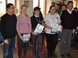 Seimo narys Petras Gražulis (pirmas iš kairės) absoliučios kategorijos nugalėtojus apdovanojo piniginiais prizais. Absoliuti turnyro nugalėtoja V.Parnarauskienė (viduryje). Nuotraukos Edvardo Lukošiaus