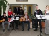 Kartu su mokytojais V. Stoškumi ir R. Jurgiliene dainavo gražiausias meilės dainas