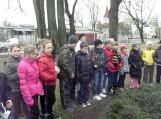 Šilutės pradinės mokyklos jaunieji greitakojai kartu su savo mokytojomis prie H.Šojaus kapo padėjo gėlių bei Šilutės miesto geradarį pagerbė tylos minute