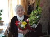 Savivaldybės atstovai sveikino 90-ties metų sulaukusią Bronę Kuskienę. Nuotrauka Gintaro Radzevičiaus