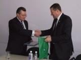 Ministrui R. Šukiui V. Pozingis įteikė atminimo suvenyrų