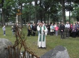 Prie bažnyčios šventoriaus vietos bendruomenė atidengė paminklą 9 išnykusių seniūnijos kaimų atminimui