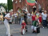 Tautiška giesmė Švėkšnoje. Groja Nogaičių ansamblis. Nuotraukos Violetos Astrauskienės