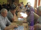 Šilutės šaškių-šachmatų klubo vadovas V.Deniušas (kairėje) laimėjo pirmąją partiją. Nuotraukos Edvardo Lukošiaus